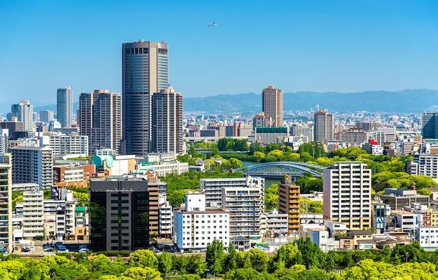 Skyline van de stad osaka in japan, uitzicht vanaf het kasteel