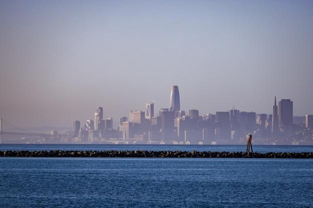 Skyline van de stad over waterlichaam overdag