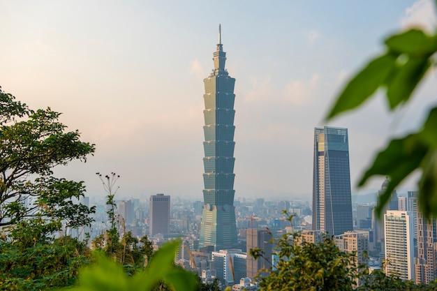 Skyline van de stad van taipeh met 101 toren bij zonsondergang
