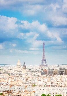 Skyline van de stadsdaken van parijs met de eiffeltoren van bovenaf, frankrijk, retro toned