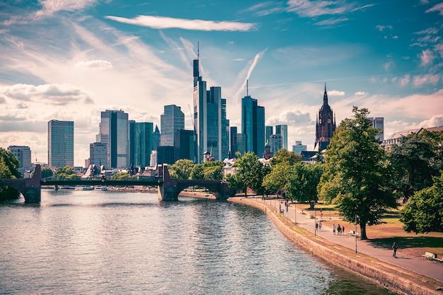 Skyline van frankfurt am main, duitsland. uitzicht vanaf de rivier