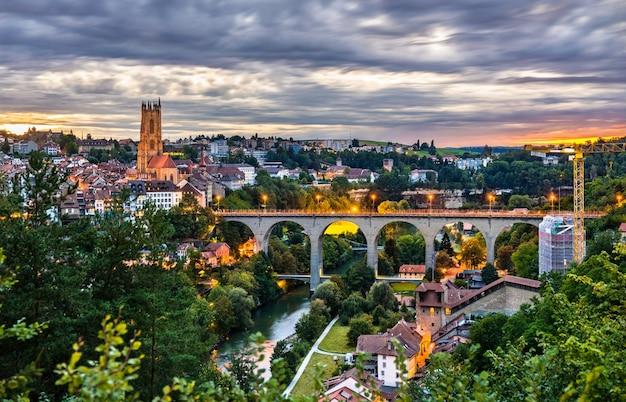 Skyline van fribourg met zaehringen-brug bij zonsondergang in zwitserland
