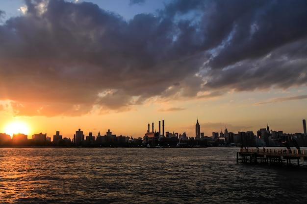 Skyline van het centrum van new york city tijdens zonsondergang