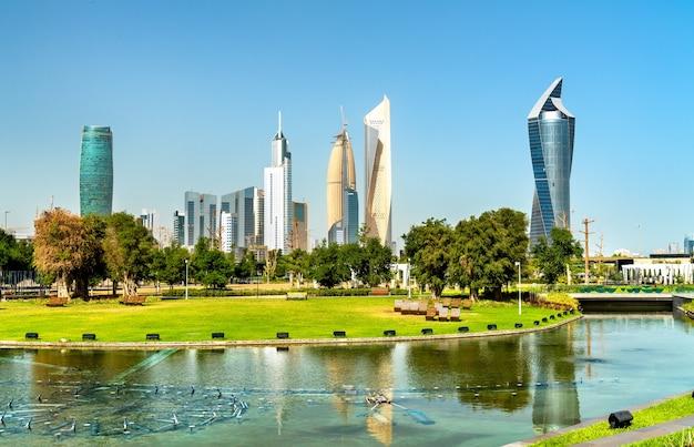 Skyline van koeweit-stad in al shaheed park Premium Foto