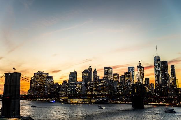 Skyline van manhattan bij zonsondergang