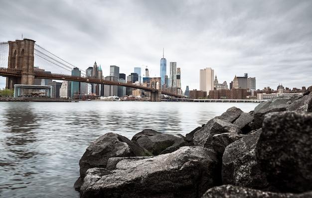 Skyline van manhattan en brooklyn bridge