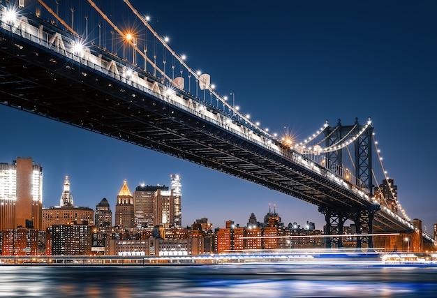Skyline van manhattan en manhattan bridge bij nacht