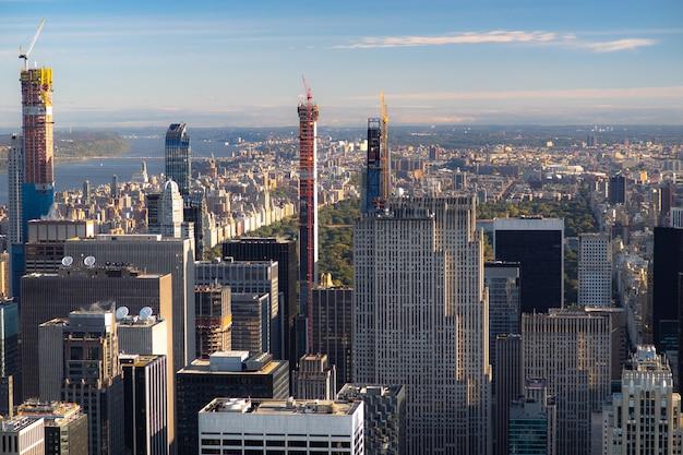 Skyline van new york vanaf het bovenaanzicht bij zonsondergang. detailopname.