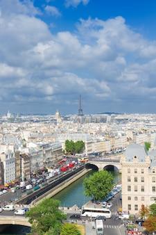 Skyline van parijs stadsdaken op zonnige zomerdag, frankrijk,