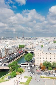 Skyline van parijs stadsdaken van bovenaf op zonnige zomerdag, frankrijk,