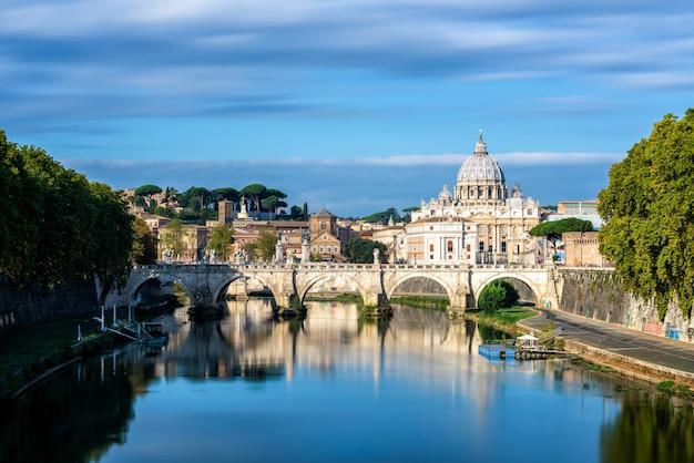 Skyline van rome met de sint-pietersbasiliek van het vaticaan