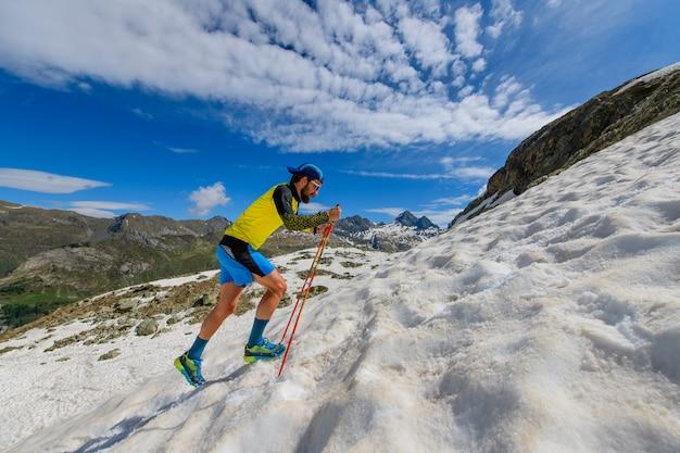 Skyrunner loper bergop in een besneeuwd stuk