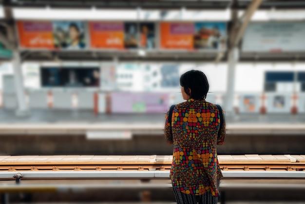 Skytrain-trein rijdt in bangkok. veel mensen in bangkok gebruiken skytrain om tijd te besparen.