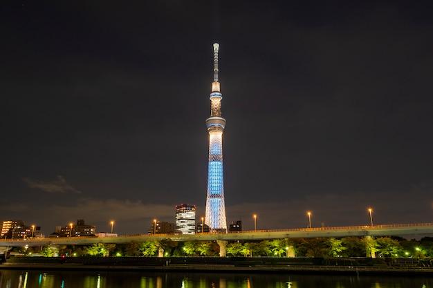 Skytree van tokyo bij nacht in japan