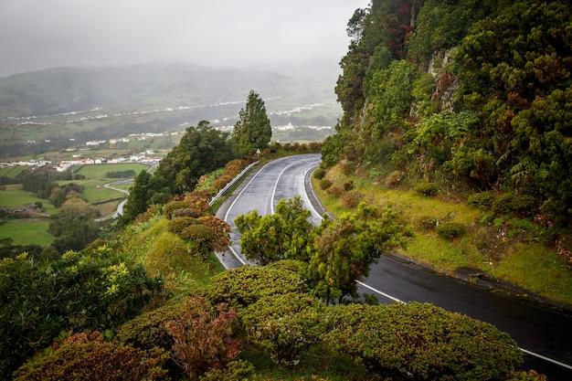 Sla een natte weg in de bergen in.