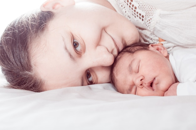 Slaap baby met mama, close-up gezichten