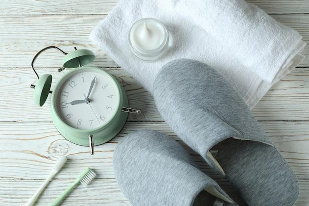 Slaap routine accessoires op wit houten