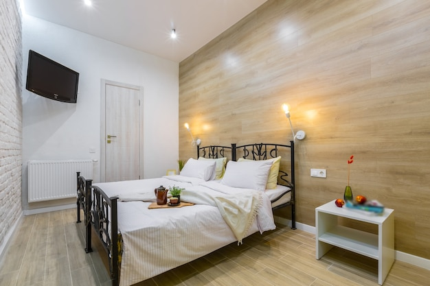 Slaapkamer in een modern klein hotelappartement, met een groot bed