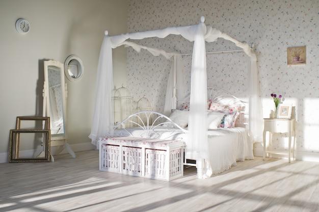Slaapkamer in provençaalse stijl in loftstudio