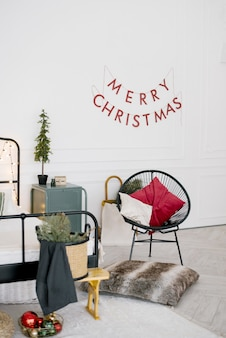 Slaapkamer ingericht met stoel, kussens en kerstelementen
