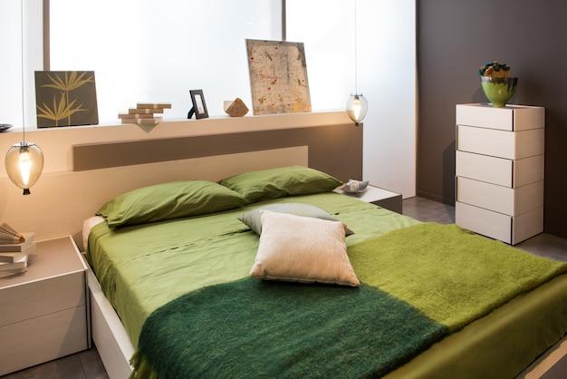 Slaapkamer interieur met tweepersoonsbed en hoofdeinde