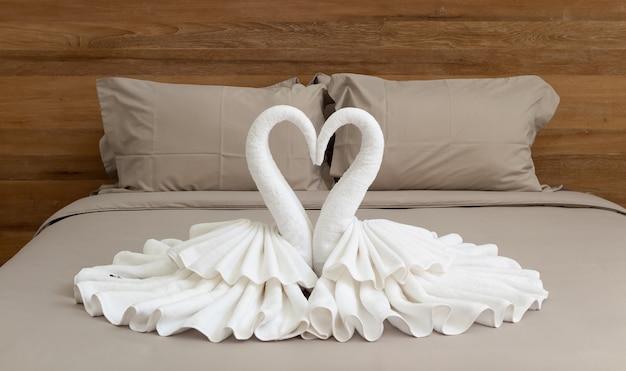 Slaapkamer interieur met zwanen uit de handdoek decoratie op bed