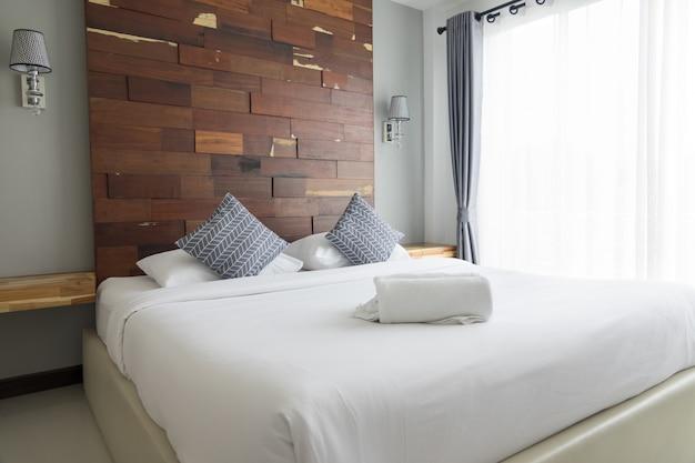Slaapkamer met bed en kussens