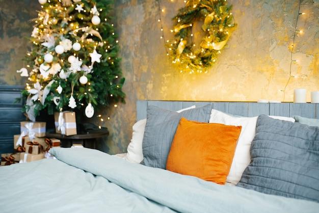 Slaapkamer met lichtslingers die zijn versierd om kerstmis te vieren