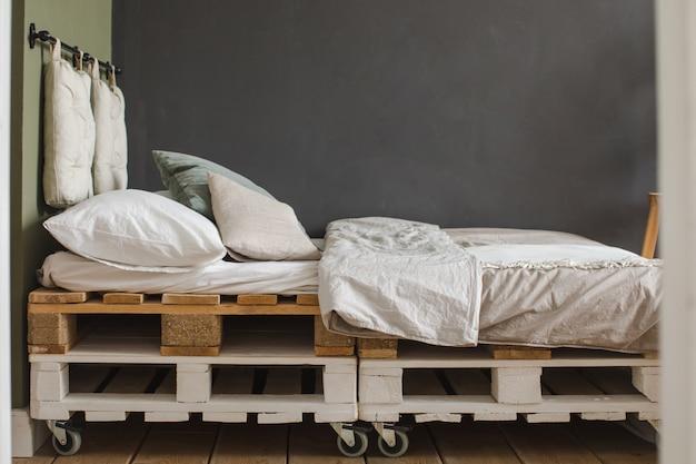 Slaapkamer van gerecycleerde industriële pallet in industriële stijl