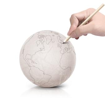 Slag die de kaart van amerika trekt op papieren bal