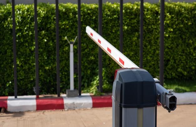 Slagboom automatisch systeem voor beveiliging om de auto in het dorp te controleren.
