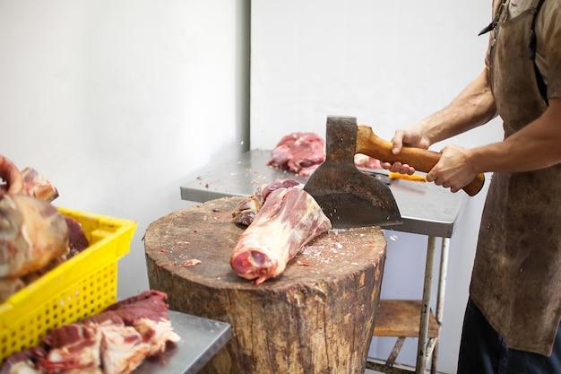 Slager hakken vlees met een bijl