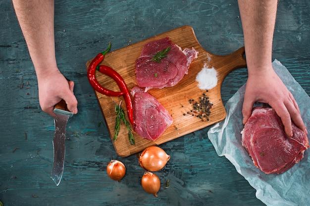 Slager scherp varkensvleesvlees op keuken