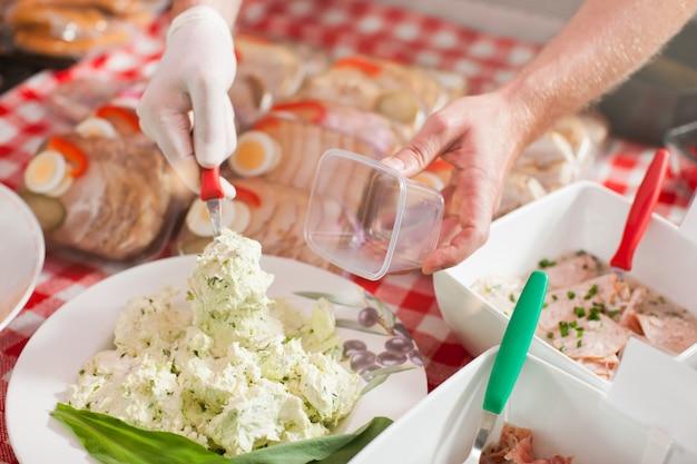 Slager verpakking voedsel voor de detailhandel
