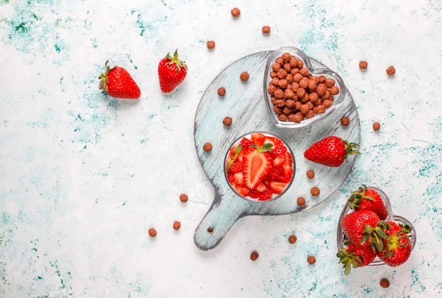 Slagroom en aardbei kleinigheid met honing en granen.