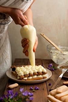 Slagroom mascarpone kaas dubbele room voor cake, vrouwelijke hand. stap voor stap recept.