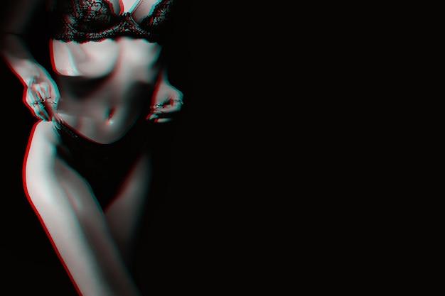 Slank figuur van mooi sexy meisje in slipje en beha. lichaam mager fitness vrouwen ondergoed op donkere achtergrond. zwart-wit met 3d glitch virtual reality-effect