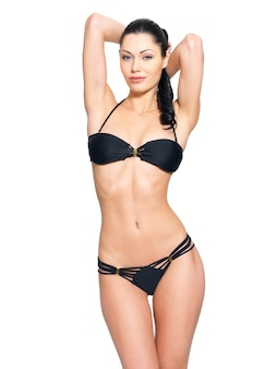 Slank lichaam van jonge vrouw in zwarte bikini.