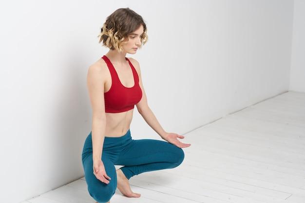 Slanke jonge vrouw beoefent yoga