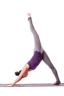 Slanke jonge vrouw die yogaoefening doet. geïsoleerd op witte achtergrond.