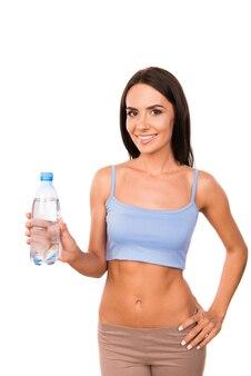 Slanke mooie vrouw met een fles water