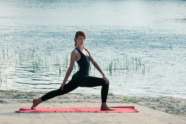 Slanke vrij vrouwelijke praktijk yoga oefening buitenshuis