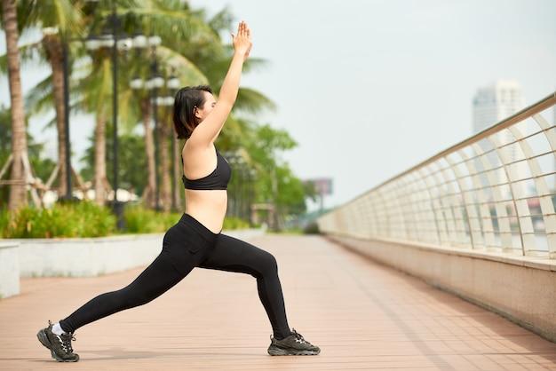 Slanke vrouw doet yoga training