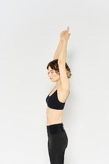 Slanke vrouw in beenkappen op een lichte achtergrond