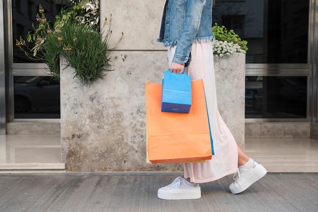 Slanke vrouw met boodschappentassen