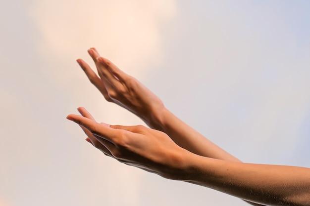 Slanke vrouwelijke handen tegen de hemel dansende ballet