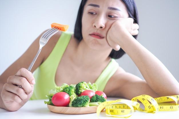Slanke vrouwen vervelen zich elke dag van het eten van salade