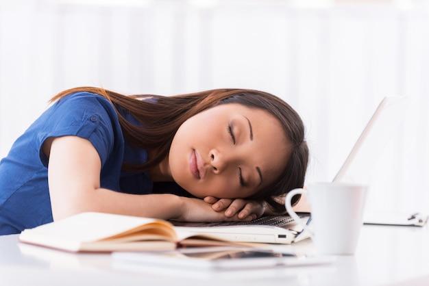 Slapen op de werkplek. mooie jonge aziatische vrouw slapen op haar werkplek