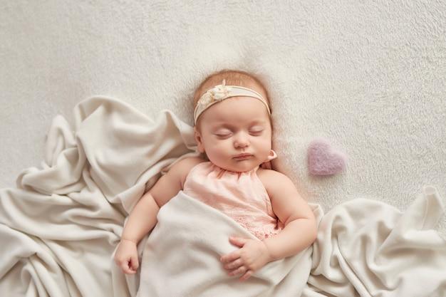 Slapende baby 3 maanden op een licht