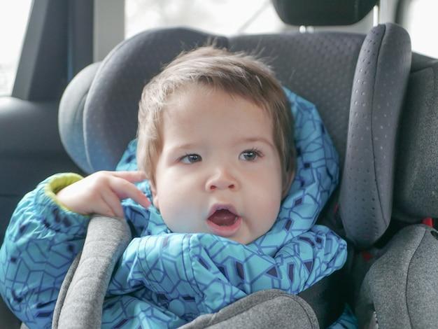 Slapende baby in een autostoeltje. kinderveiligheid in de autostoel van het kind tijdens de slaap.